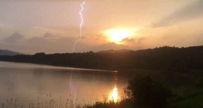 This picture taken by Karen Hunter of lightning at Lochore Meadows a couple of qeeks ago could be repeated over the next couple of days.]